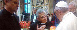 El presidente de la FLM Dr. Munib Younan, junto al Papa y el secretario general Martin Junge