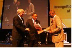 El nuevo Presidente de la AMB Paul Msiza de Sudáfrica recibe saludos de sus predecesores