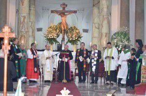 En el atrio de Catedral Metropolitana: representantes de iglesias católica, anglicana, luterana, menonita, ortodoxa y presbiteriana concelebran la oración ecuménica por la unidad de los cristianos. (M.Rodriguez)