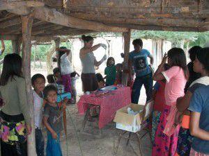 Emilse Sosa en una de las visitas a la comunidad Wichi donde se crió (foto de su blog personal)